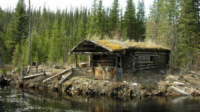 Старый домик на берегу реки