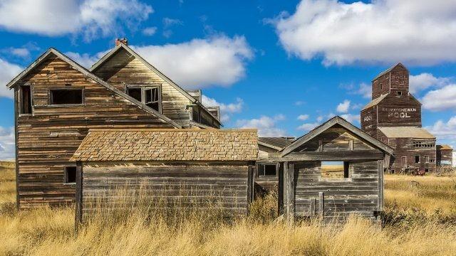 Заброшенная деревня в сухой траве