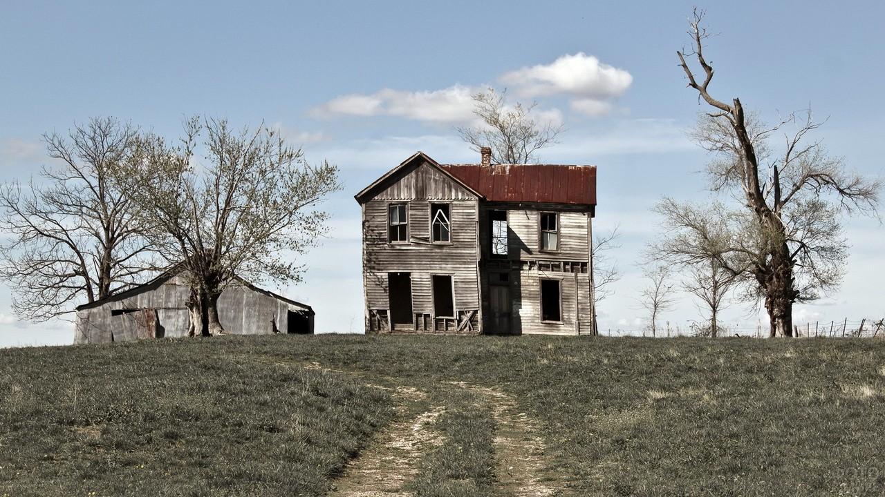 Заброшенный дом на отшибе