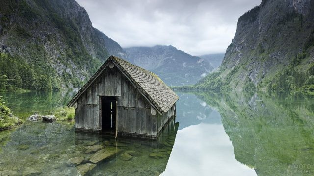 Заброшенный дом посреди озера в горах