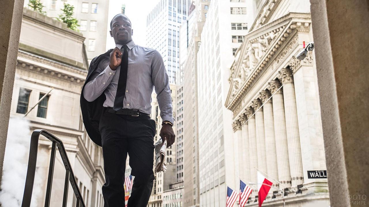 Бизнесмен напротив здания биржи