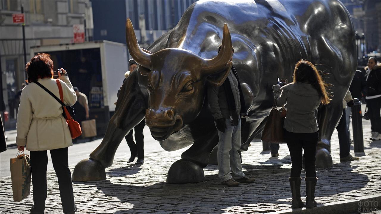 Туристы фотографируют быка на Уолл-стрит