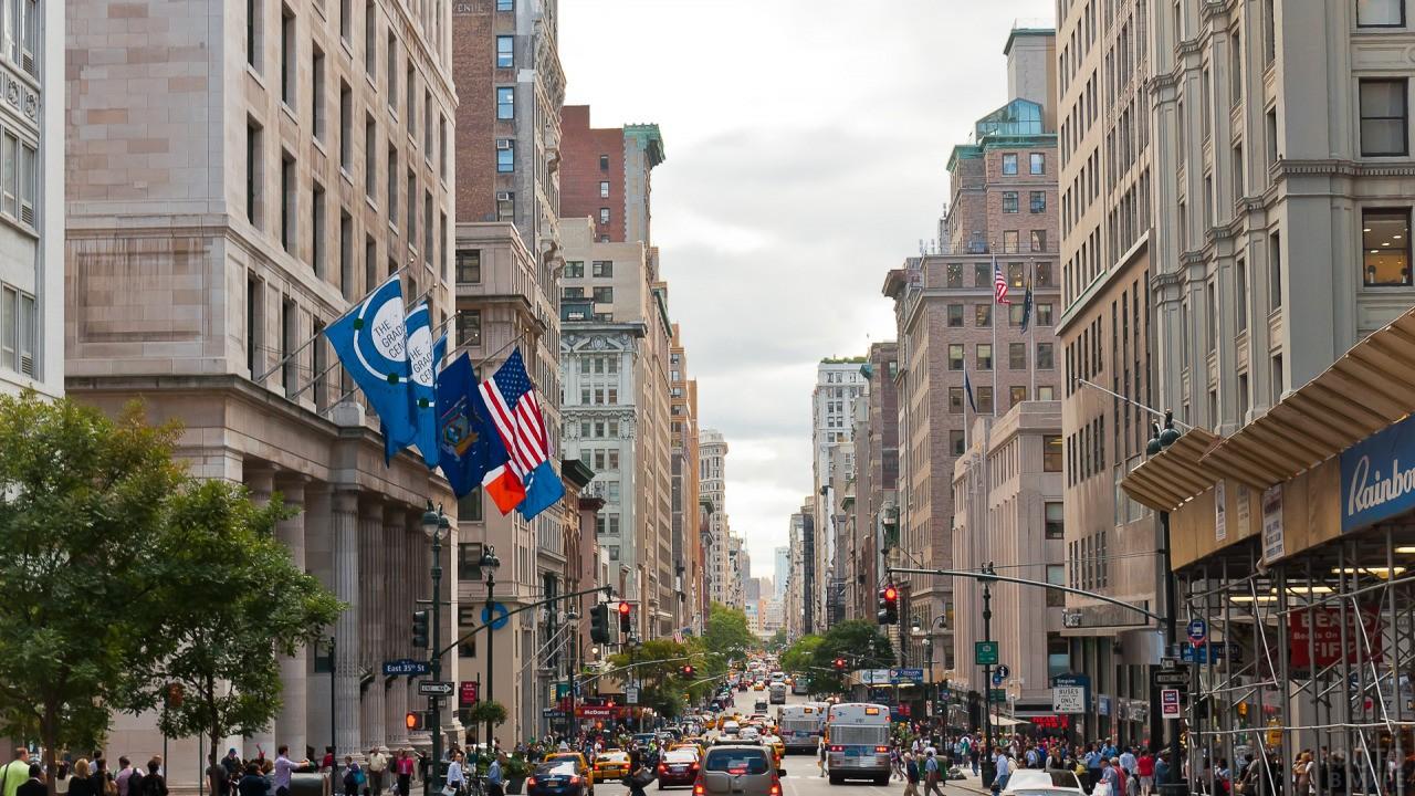Улица Уолл-стрит в час пик