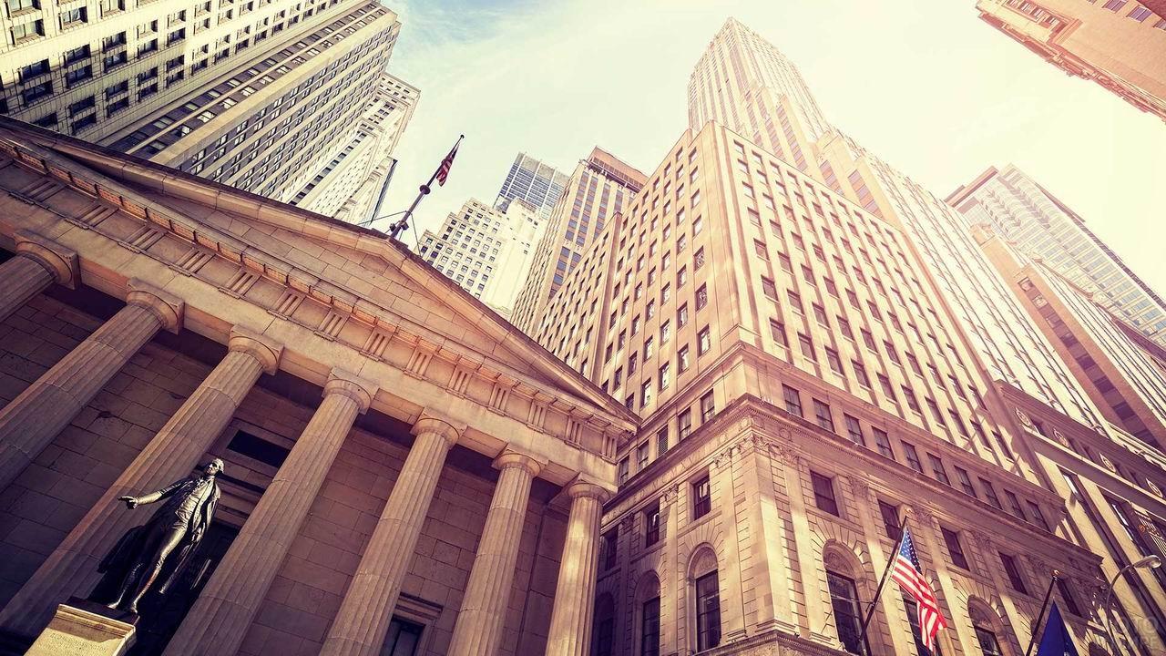 Верховный суд на Уолл-стрит вид снизу вверх