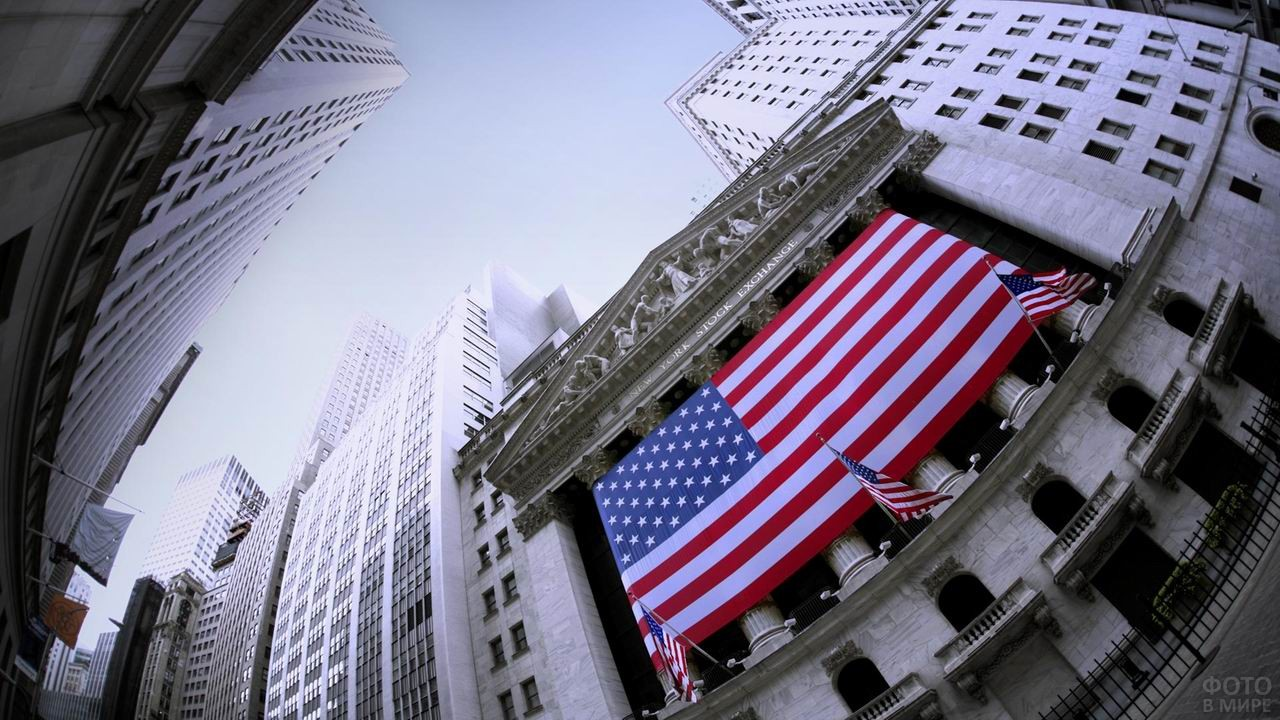 Здание финансовой биржи снятое с эффектом рыбий глаз