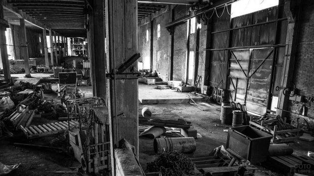 Беспорядок в цехе заброшенного промышленного старого завода