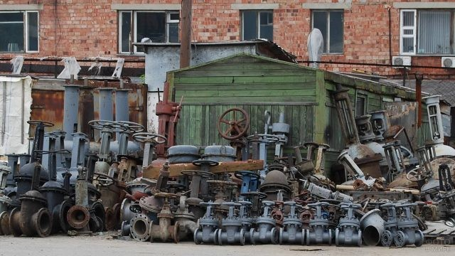 Множество задвижек на старом заводе