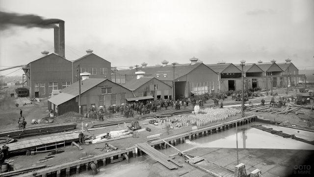 Рабочие на территории американского завода начала 20 века