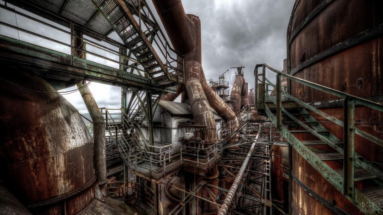 Ржавеющие трубы старого завода