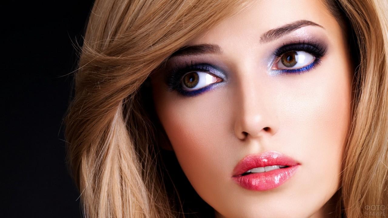 Блондинка с цветным макияжем