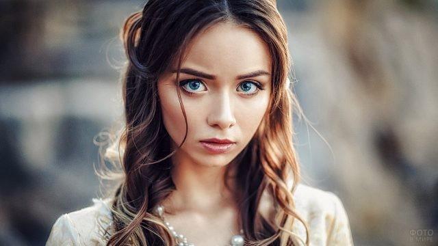 Большие и выразительные глаза у девушки