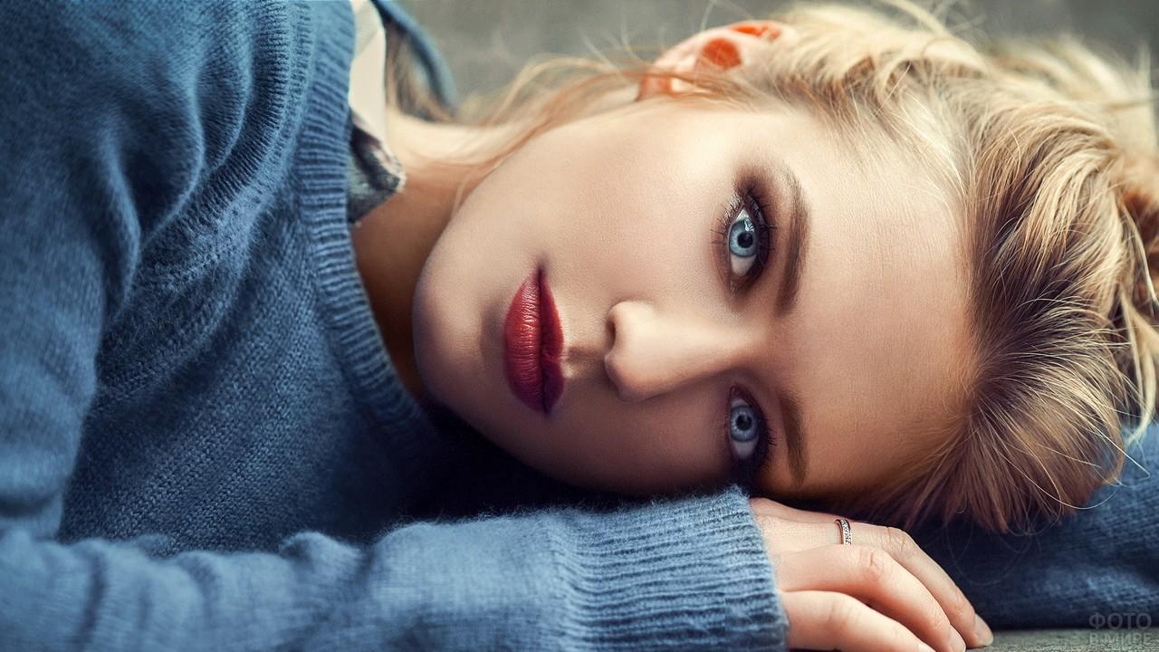 Девушка с ярко-голубыми глазами