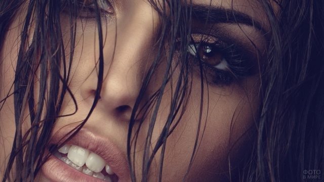 Глаз девушки сквозь мокрые пряди волос