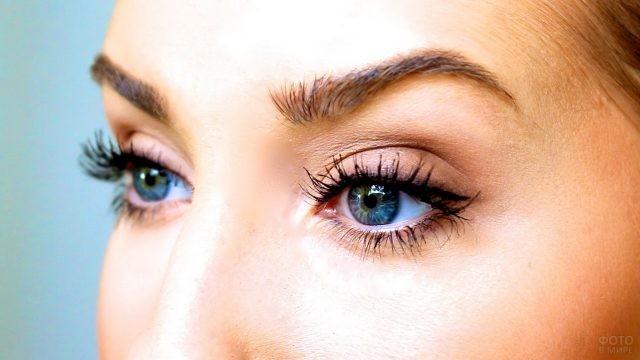 Глаза девушки с подкрашенными ресницами
