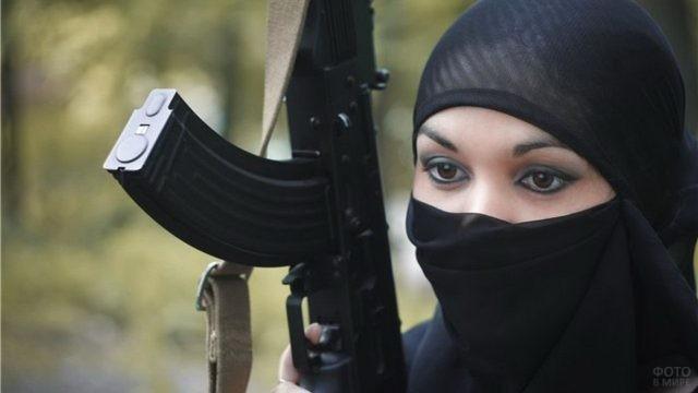 Глаза исламской смертницы с автоматом