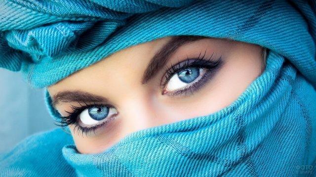 Голубые глаза девушки в хиджабе