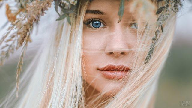Голубые глаза славянской девушки