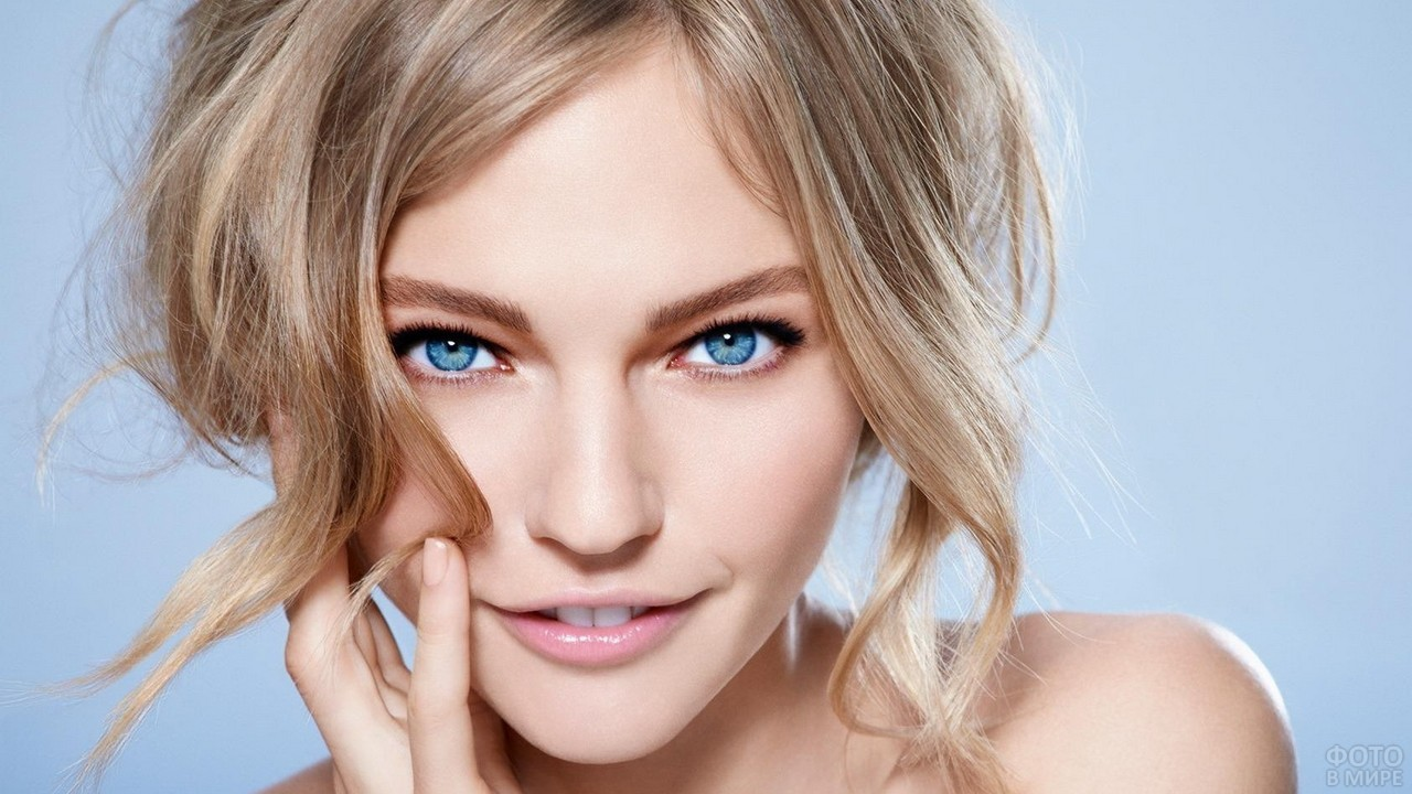 Игривый взгляд блондинки с голубыми глазами