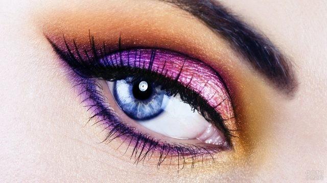 Яркий макияж глаза с голубой радужкой