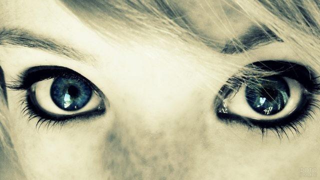 Пристальный взгляд накрашенных глаз