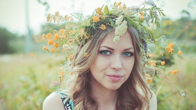 Славянская голубоглазая девушка с венком из цветов