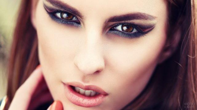 Тёмный макияж карих глаз