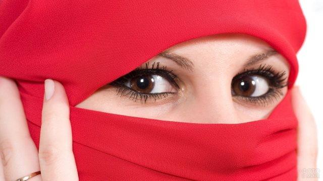 Взгляд мусульманки в хиджабе