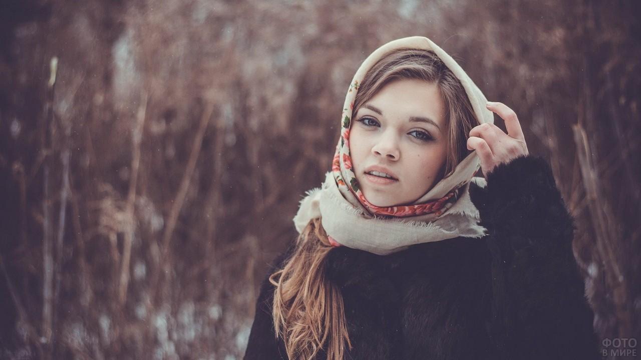 Взгляд русской красавицы в деревенском платке