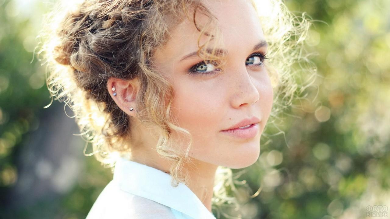 Взгляд зелёных глаз русой девушки