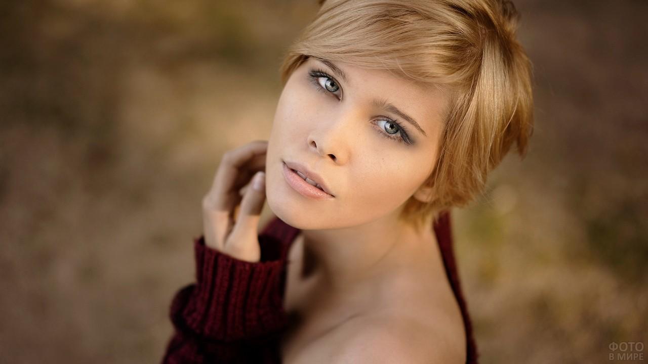 Зеленоватые глаза девушки с короткими волосами