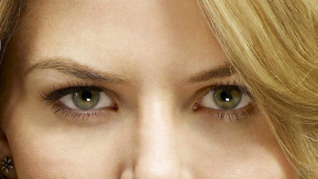 Зелёные глаза блондинки