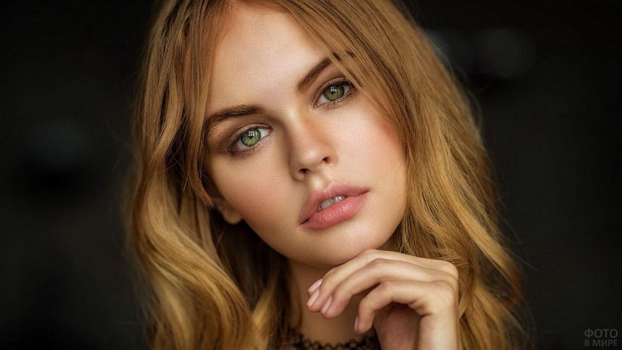 Зелёные глаза русоволосой девушки