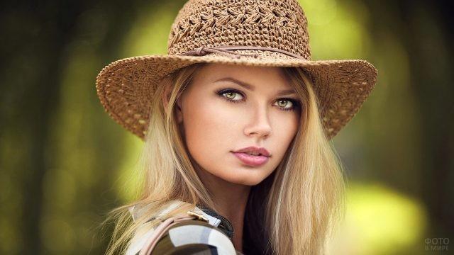 Жёлто-зелёные глаза девушки со шляпой на голове