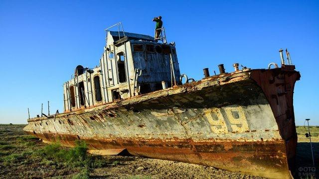 Брошенное рыбацкое судно на месте острова Барсакельмес