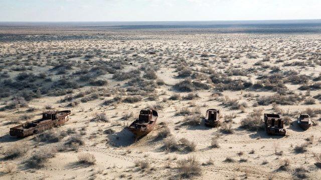 Брошенные рыбацкие судна в пустыне Казахстана на месте Аральского моря