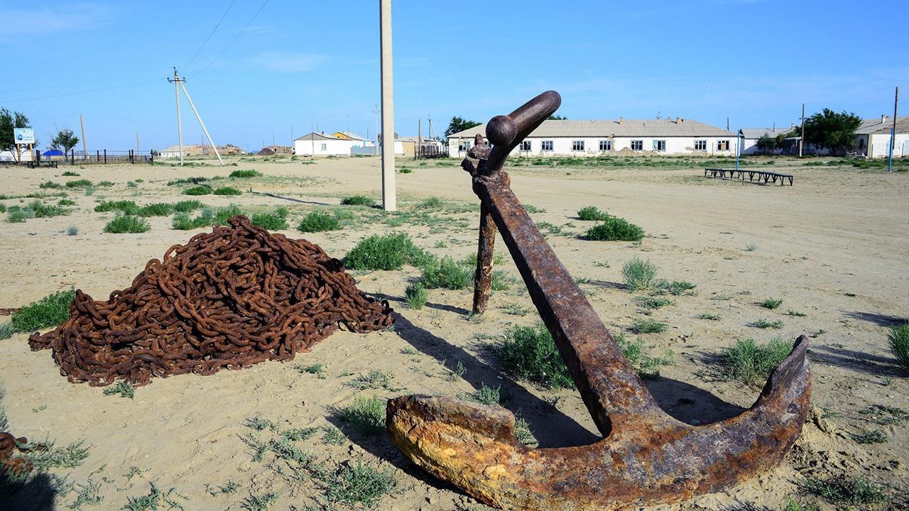 Якорь в пустыне как напоминание об экологической катастрофе