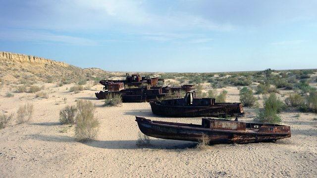 Корабли на дне Аральского моря на фоне скал - бывшей береговой линии