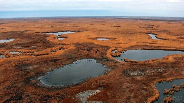 Остатки Аральского моря в степи Казахстана