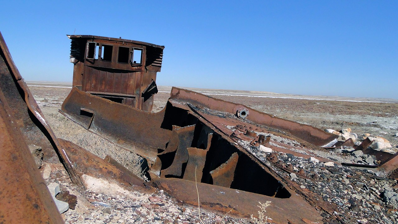 Ржавый корабль утонул в песках Аральского моря