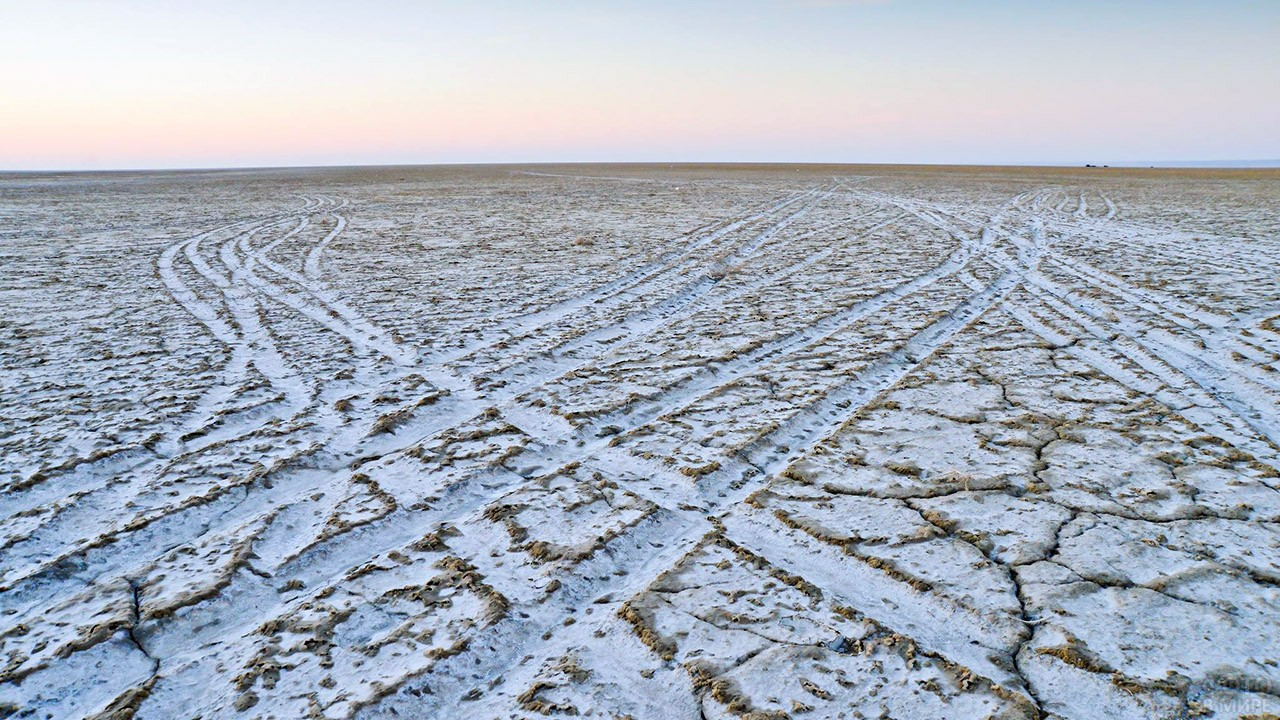 Следы от машин на дне бывшего Аральского моря