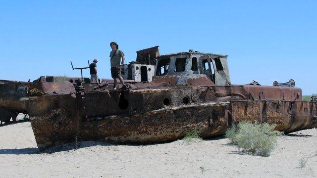 Туристы на брошенном корабле в пересохшем Аральском море