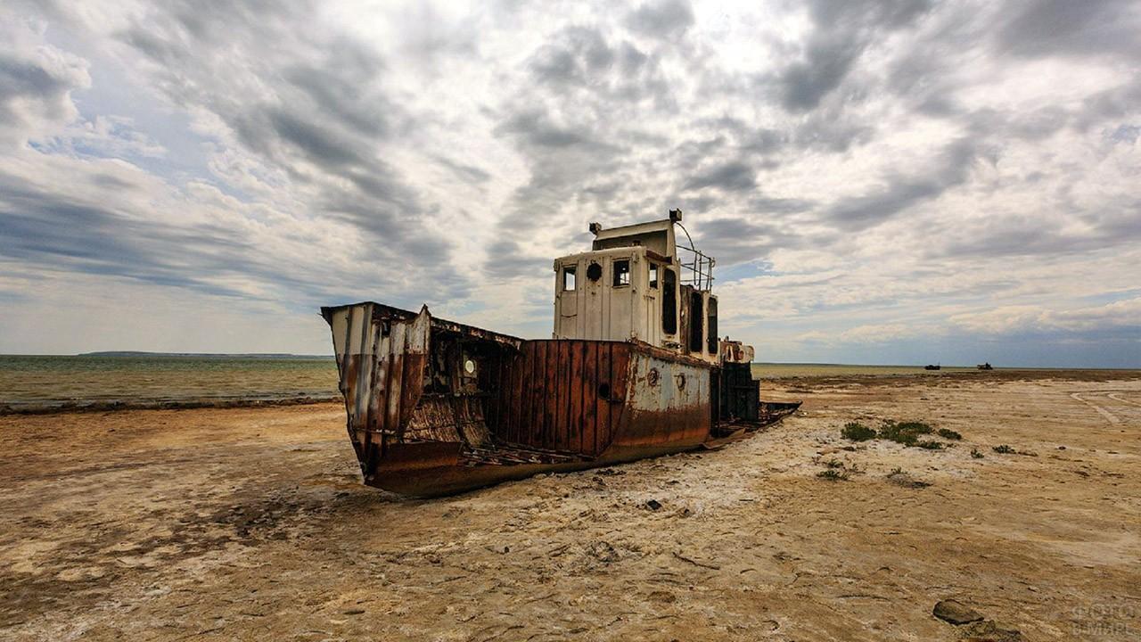 Заброшенный корабль в Аральском море