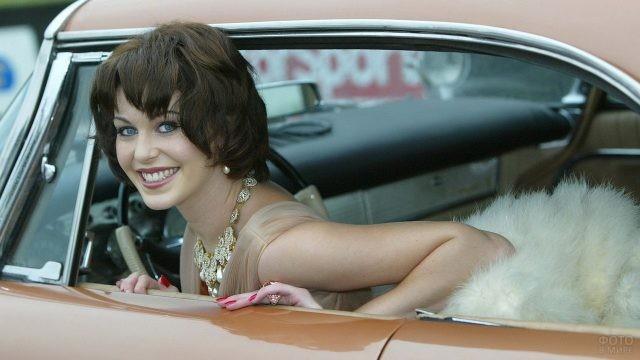 Девушка выглядывает с водительского сидения