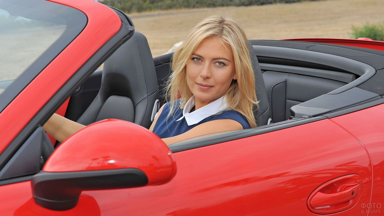 Мария Шарапова за рулём красного кабриолета