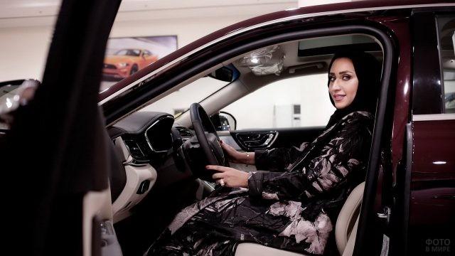 Мусульманка в хиджабе за рулём автомобиля