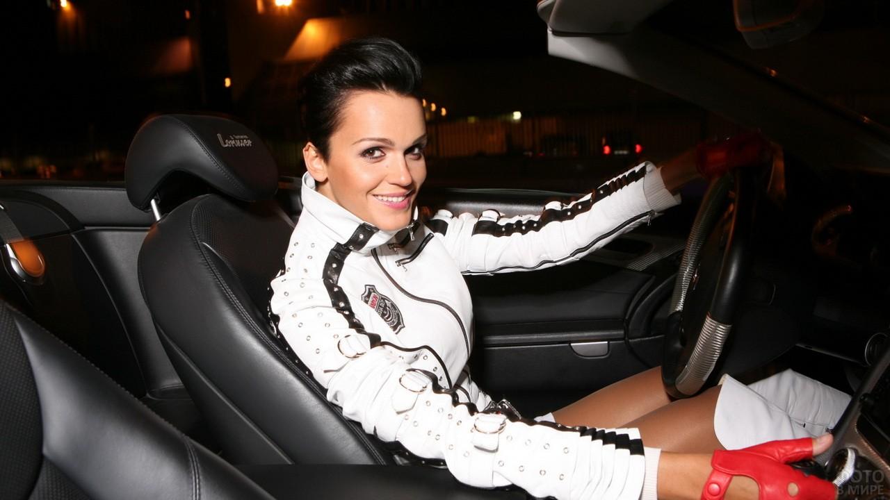 Певица Слава за рулём кабриолета