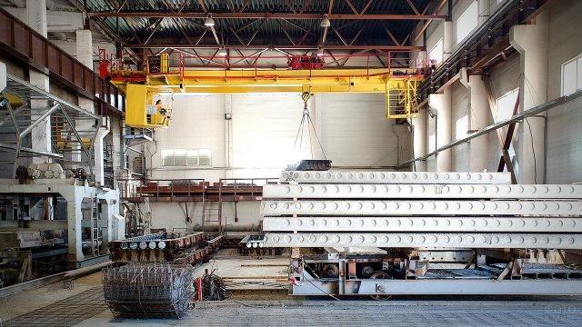 Цех производства плит на заводе ЖБИ