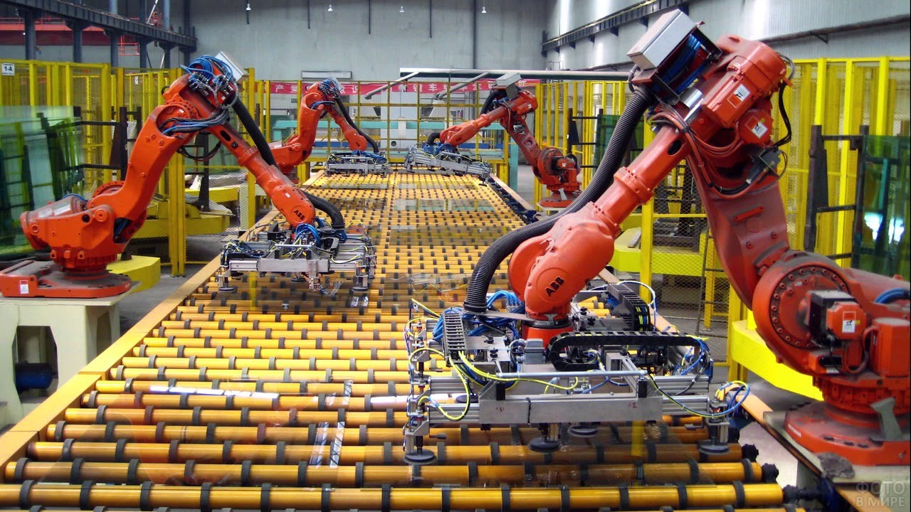 Робот-конвейер в цеху промышленного завода