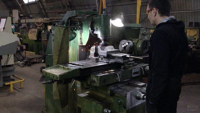 Токарь у станка ремонтно-механического цеха
