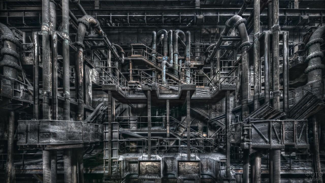 Трубы и задвижки в цеху на одном из заводов России